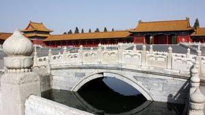 Puente sobre el río de agua dorada