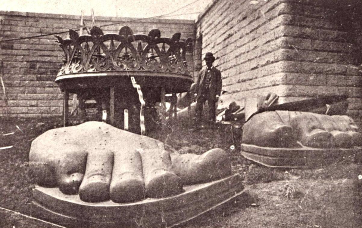 El pie de la estatua