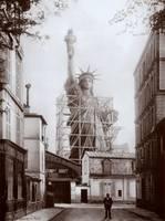 Estatua en la rue de Chazelles, París