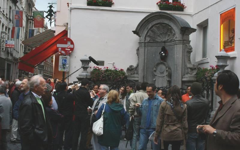 La multitud frente al Manneken Pis