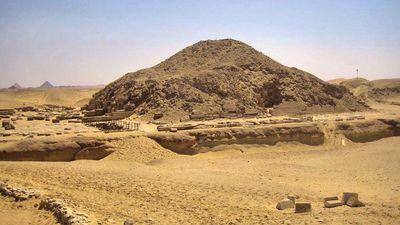 Pirámide con textos de Ounas