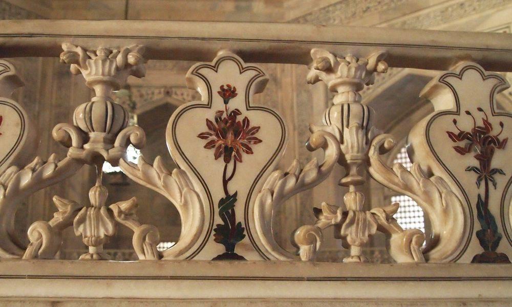 Decoración superior de la barandilla en el interior del Taj Mahal