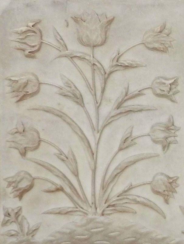 Tulipanes grabados en el mausoleo