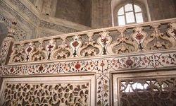 El friso de la barandilla dentro del Taj Mahal