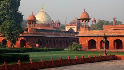 Arcadas hindúes y cúpulas secundarias
