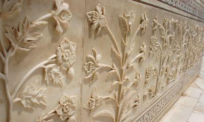 Flores grabadas en mármol