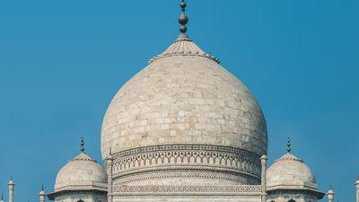 La cúpula bulbosa del Taj Mahal