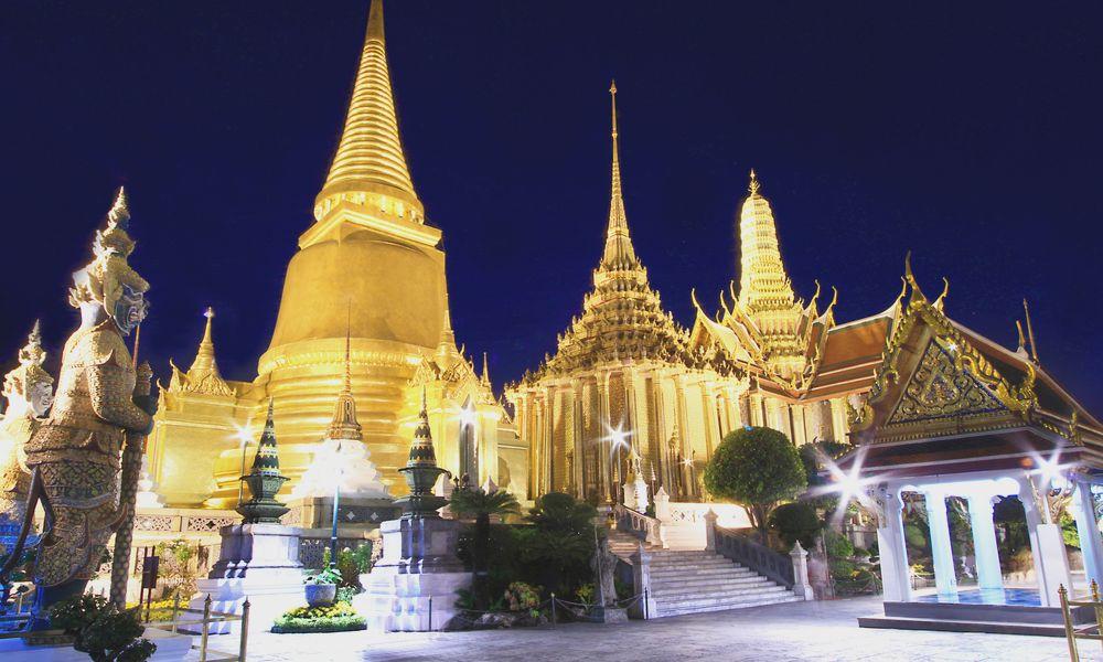 Templo del Buda de Esmeralda en la noche
