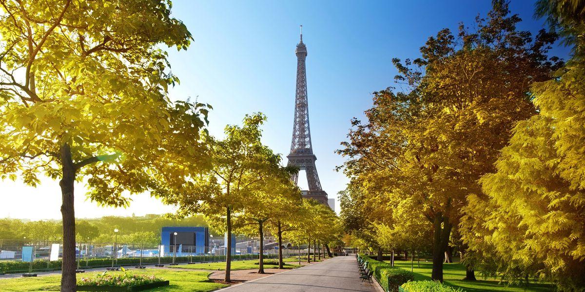La Torre Eiffel en un día de primavera