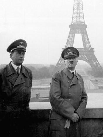 Hitler frente a la torre Eiffel