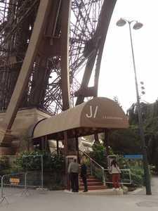 La entrada al restaurante 'Le Jules Verne'.