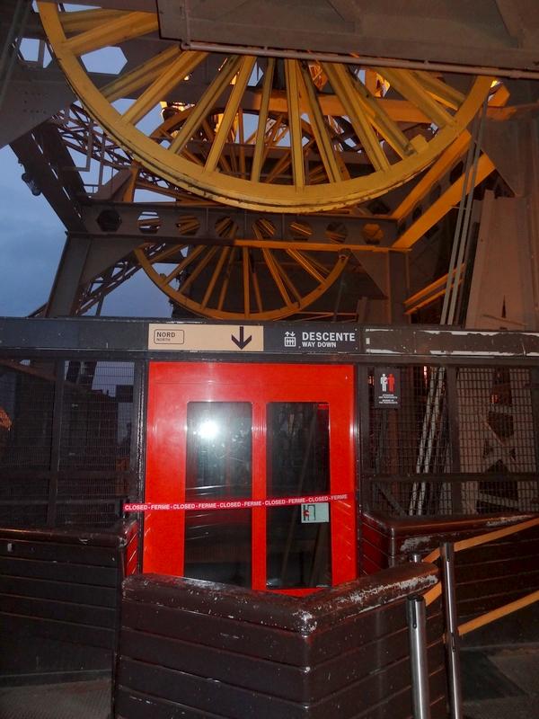 El ascensor oeste en el segundo piso
