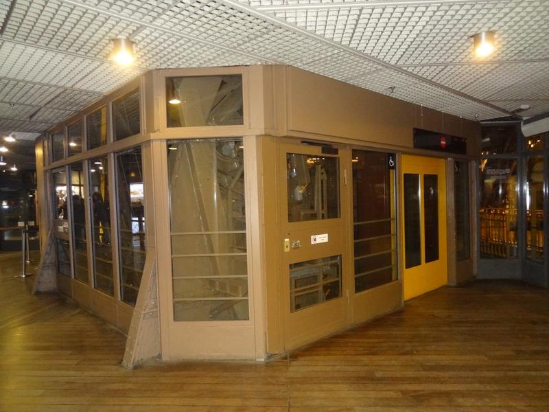 Llegada del ascensor del 1er piso, en el interior.