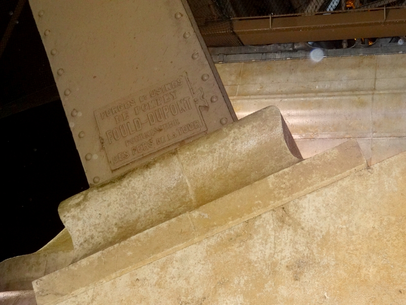 Inscripción indicando el origen del hierro de la torre