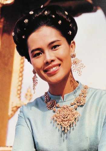 La reina de Tailandia Sirikit